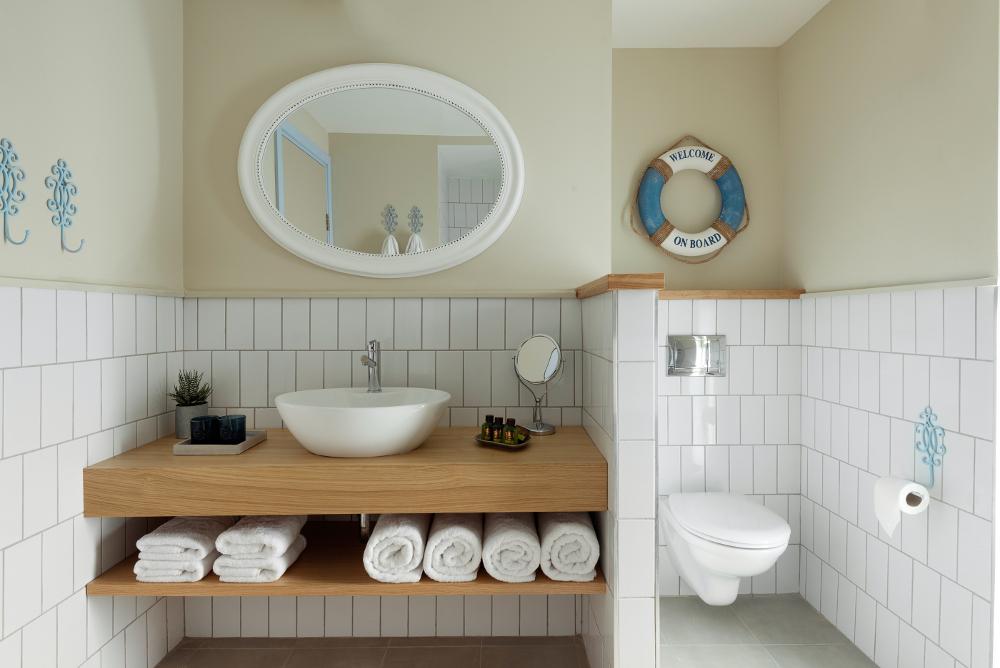 החדרים במלון ניאה NEA מעוצבים בהשראת הים בצבעים, בטאצ'ים, ובאקססוריז