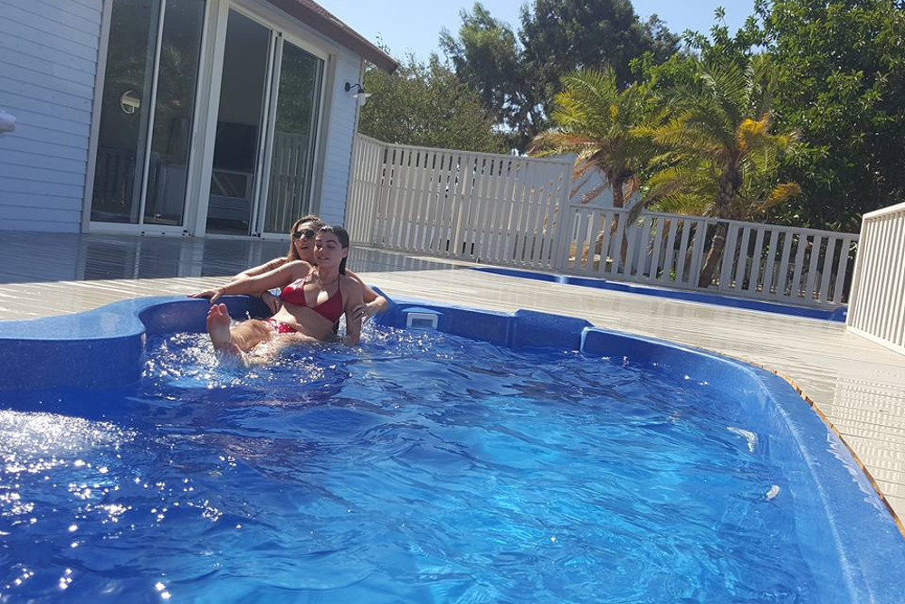 מלון ניאה בבריכה